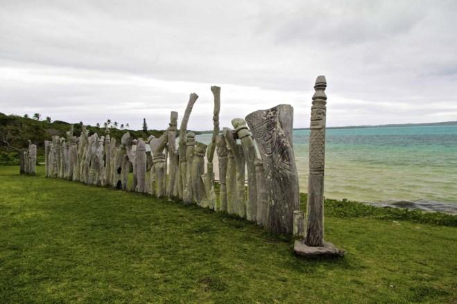 statues qui représentent les esprits des ancêtres envers lesquels les kanaks ont un respect quasi religieux