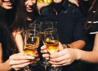 पत्नीचं टेंशन दूर करण्यासाठी पतीने केली दारूच्या पार्टीचं आयोजन, चार महिलांसह पतीला अटक...