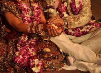 तरूणीने केलं आपल्या सख्ख्या भावासोबत लग्न, कारण वाचून व्हाल हैराण