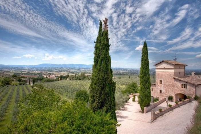 Where to rent a home in the Italian countryside for under $150 per night! (+free Airbnb credit) // Family Trip | Unique Europe Vacations | Budget Travel with Kids | Italy Agriturismo