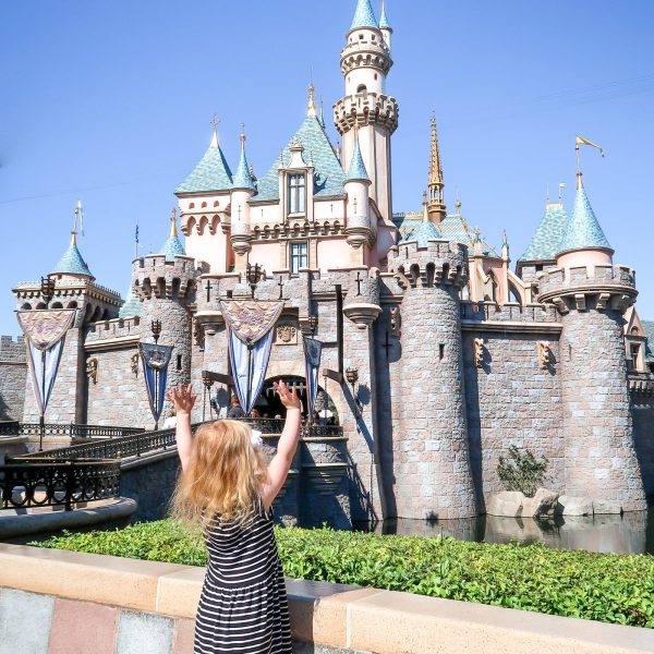 Planning a trip to Disneyland with kids under 5 (babies, toddlers or preschoolers)? Read how to plan one perfect day at Disneyland California (+get a free printable rides map + planner!)