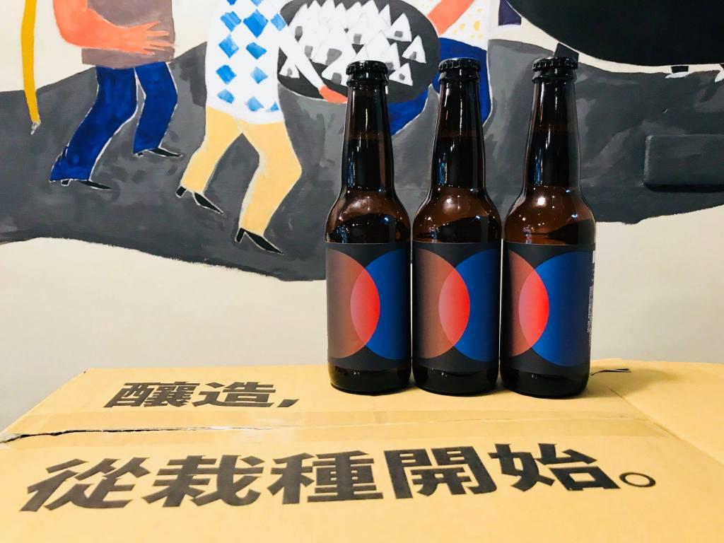 2018年限定的今秋啤,釀造,從栽種開始!背景為禾火食堂的《作伙呷飯》壁畫