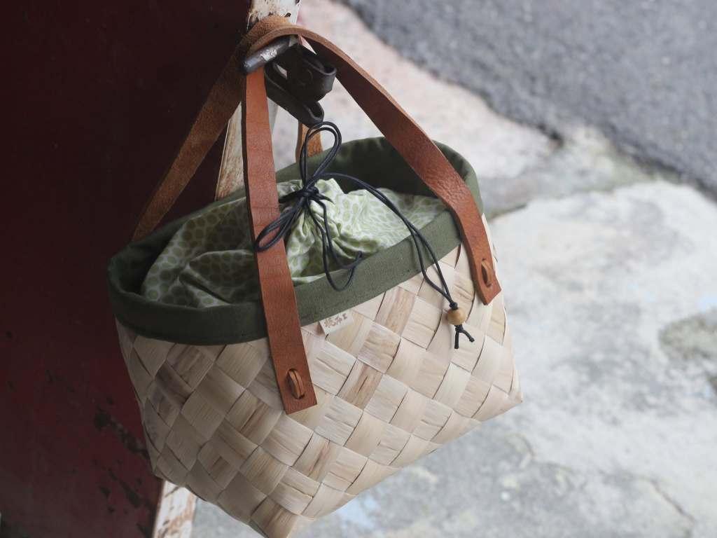 月桃葉編制的手提袋,有黑色繩子、咖啡色手把