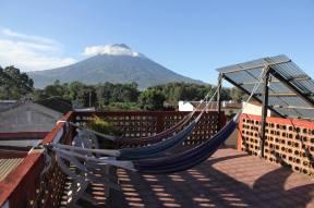 Esimene hommik majutuse katusel ja vulkaanid ümberringi