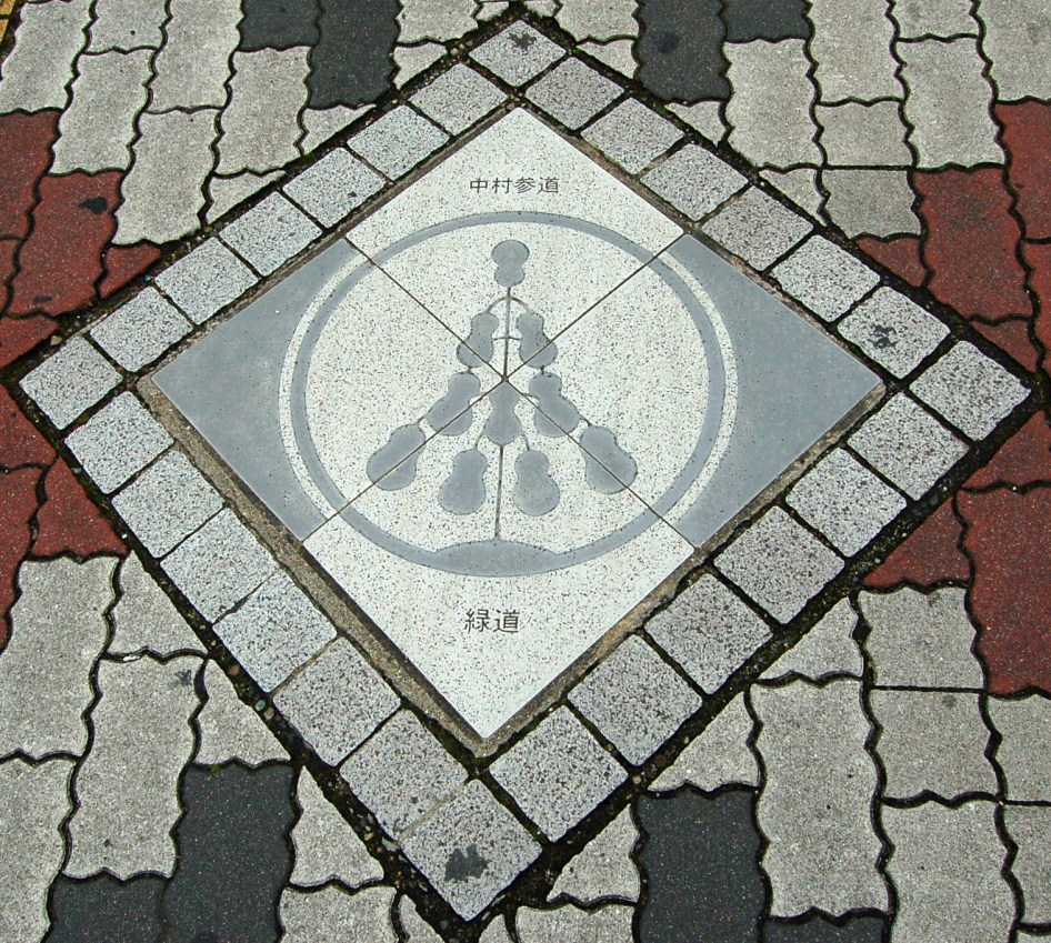 Decorative tile that can be seen from the subway station towards the Toyokuni shrine
