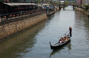 A boat ride along the Horikawa River