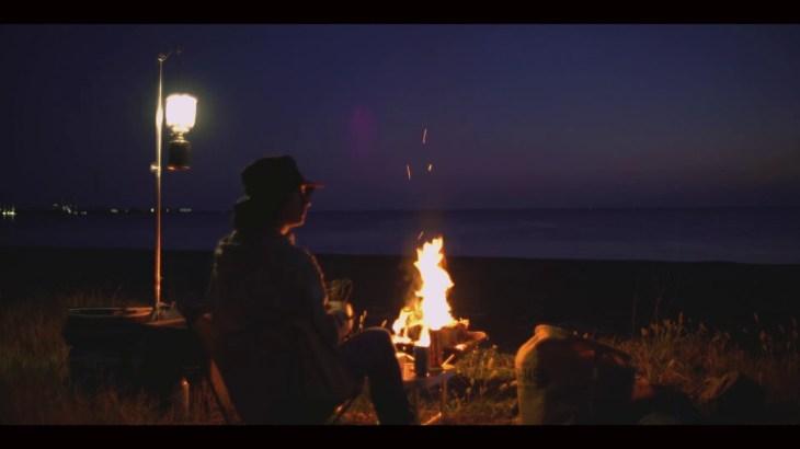 海岸で二人キャンプ 焚き火の雰囲気を楽しむだけの動画