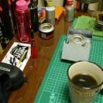 【部屋で真夜中のコーヒータイム】釣り具、アウトドア用品が溢れかえる寝室