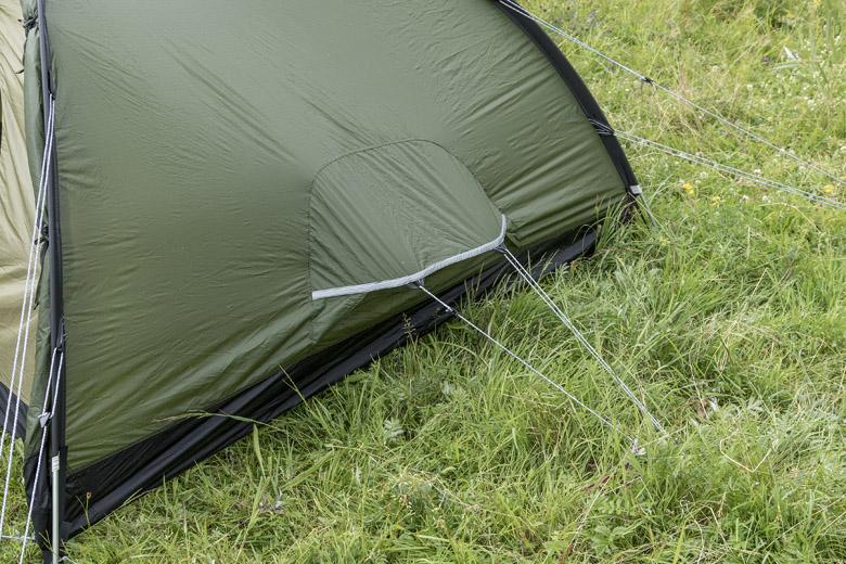 De Keb heeft veel gaas en ventilatieopening in de nok van de tent en aan de beide korte einden van de binnen- en buitentent.
