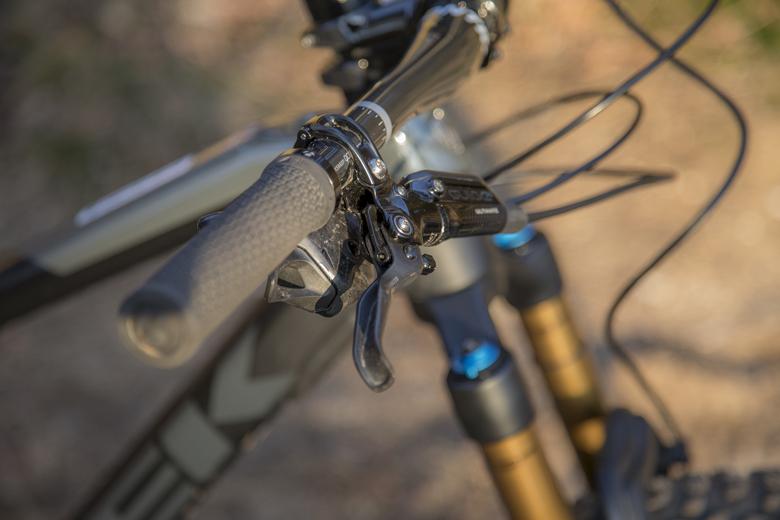 De remgrepen op de Trek Fuel EX 9.9 zijn ergonomisch gevormd.