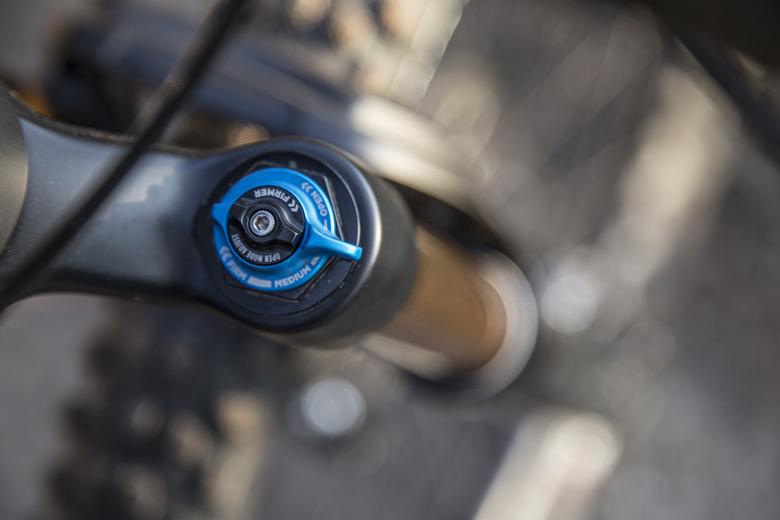 Op de rechter vorkpoot van de Trek Fuel EX 9.9 zit de instelknop waarmee ik de dempingskarakteristiek van de vork kan aanpassen aan de rit.