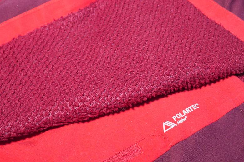 Het Rab Alpha Flux Jacket is grotendeels gemaakt van Polartec Alpha; een fleece-achtige materiaal van 100% polyester.