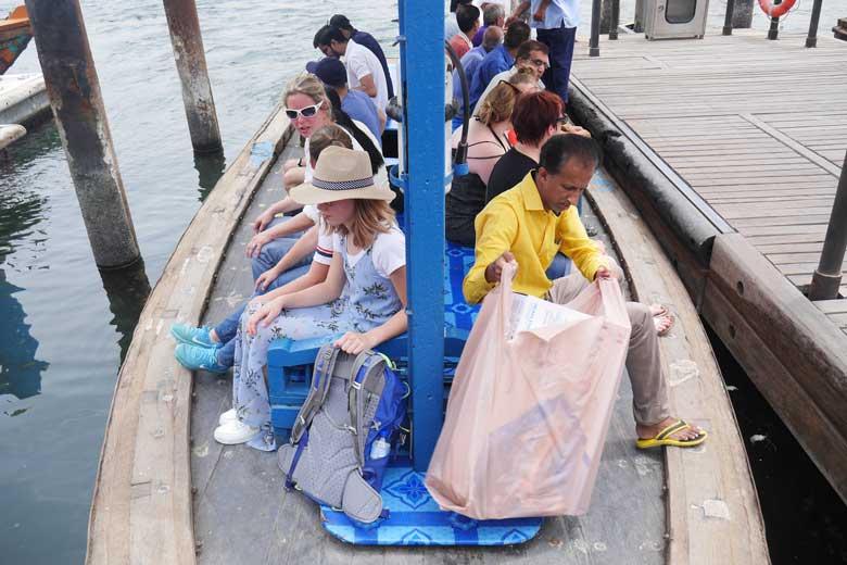 De abri - de watertaxi - is echt het vervoermiddel van de werkers.