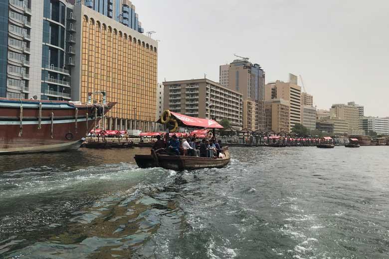 Abri's - De Dubaiaanse variant van de Rotterdamse watertaxi - zet mensen tussen de beide Creek oevers over.