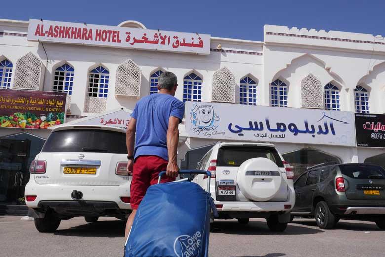 Na wat mislukte pogingen om een kampeerplek te vinden eindigen we in een Al-Ashkharan hotel.