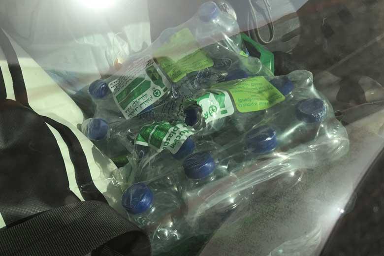 Dankzij vrijgevige Omani krijgen we een tray met school watertjes.