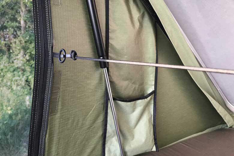 Twee elastieken met haakjes trekken bij de Hopper de zijkanten naar elkaar toe bij het inpakken.