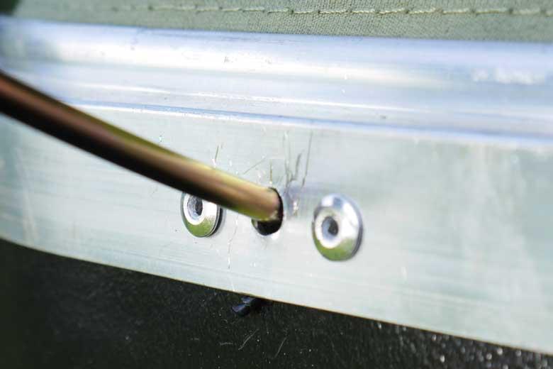 De luifelstokken gaan in gaatjes in de aluminium rand rondom de schaal van de Hopper en de 17Miles. Ik zie hier liever nog een stalen busje in.