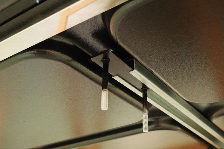 Onder de Hopper lopen metalen rails waar de klemmen in schuiven.