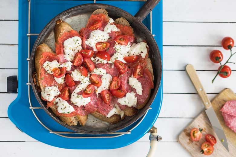 Een lekkere panpizza met wat je er maar op wil hebben.