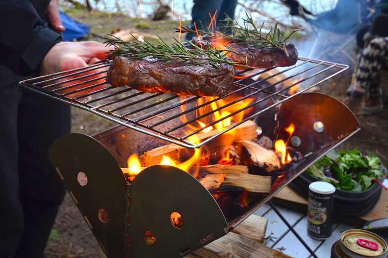 De UCO Flatpack Grill & Firepit is groot genoeg voor een barbecue van drie tot vijf personen.