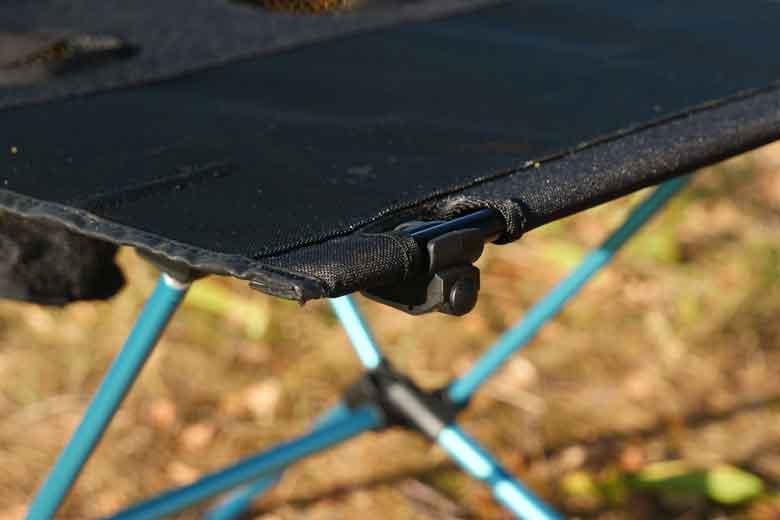 Het bevestigen van de tafelblad uiteinden van de Helinox Table One vergt een klein beetje kracht.