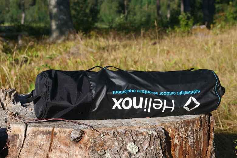 De pakzak heeft goede bevestigingslussen zodat je de Helinox Table One makkelijk ergens aan vast kan maken.