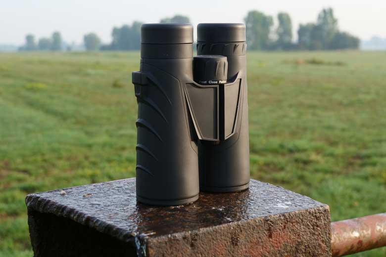 Door de dakkant prisma's is de Steiner Safari Ultrasharp 10X42 een slanke verrekijker.