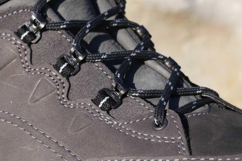 De veterogen op de Meindl Vakuum Men Sento GTX zijn van metaal die zijn verbonden aan de schoen met nylon lussen.