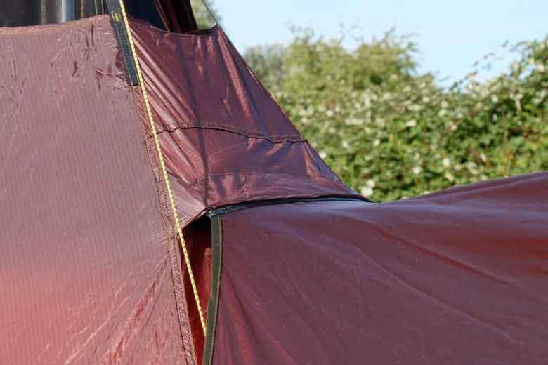 Nieuw voor 2019 is de velcro bevestiging van de luifel aan het buitendoek van de Tentipi Olivin 2 Combi.