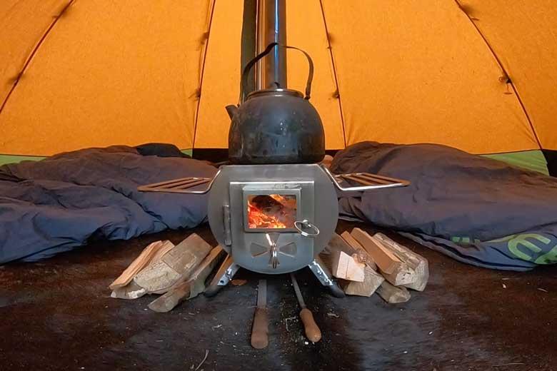 De Gstove is een mooi uitgedacht kacheltje. Het ruitje is goed voor de gezelligheid van de vlammen.