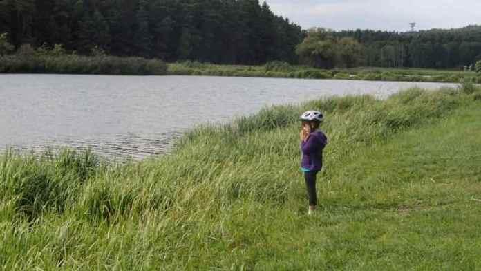 Kind steht am Dennenloher See