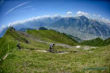 Roxy-und-Brody-Duncanhood-auf-Singletrails-in-Verbier-Outdoormind