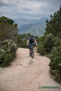 Uphill in Sardinien auf einer Schotterstrasse