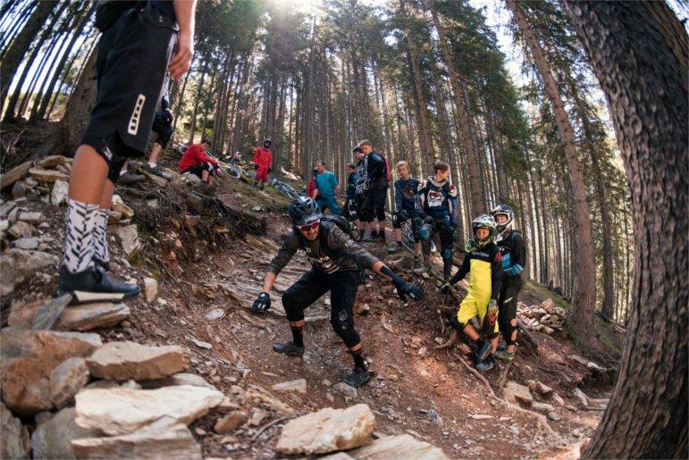MTB-Coach Rob J erklärt die beste Line auf dem Trail