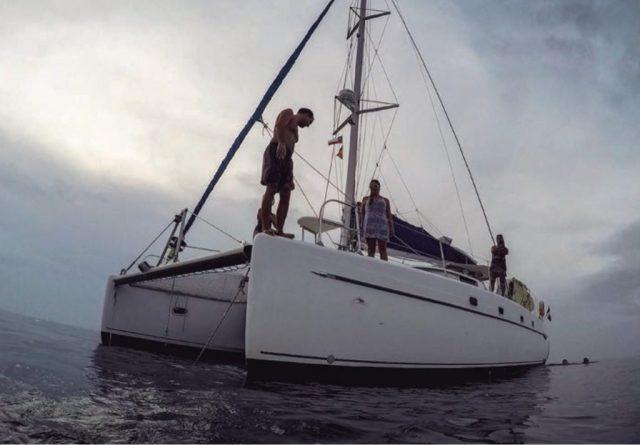 Catamarán Los Lobitos, fondeado en alguna parte del Caribe