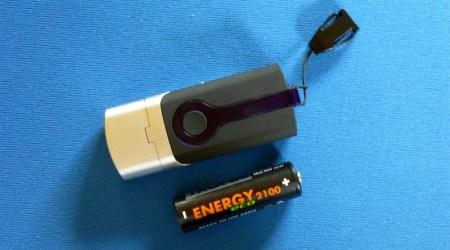 Der GPS-Datenlogger im Größenvergleich mit einer AA-Batterie
