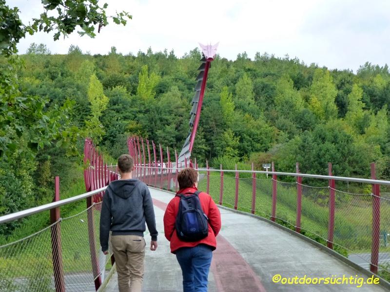 Über die Drachenbrücke erreicht man das Haldengelände