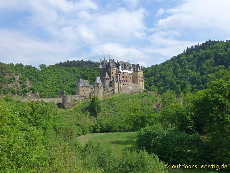 Wie aus dem Nichts taucht hinter einer Biegung die Burg Eltz auf