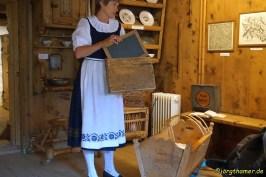 Barbara zeigt uns einen alten Tornister