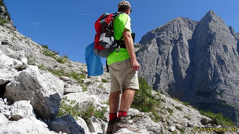 Immer wieder bleiben wir stehen um uns an den eindrucksvollen Aussichten zu erfreuen. Fast ist es ein wenig schade, dass wir schon bald die Hütte Croz di Salvata erreichen. Denn diese markiert auch den höchsten Punkt unserer Wanderung.
