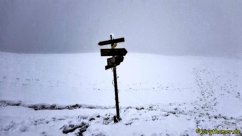 Wegweiser zur Schwalbenwand im Schnee