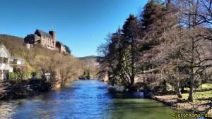 Blick auf Rur und Burg Hengebach