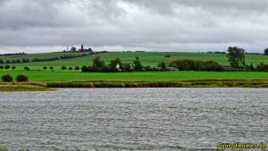 Blick über den Riedensee zum Leuchtturm Bastorf