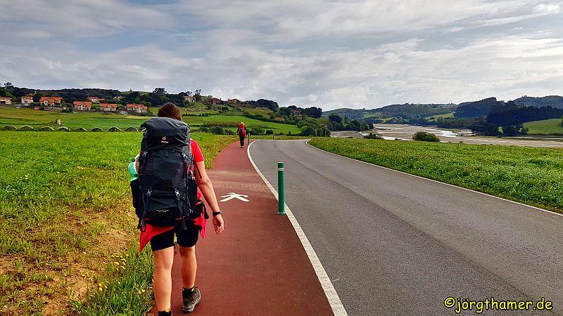 Camino del Norte - roter Teer in Kantabrien