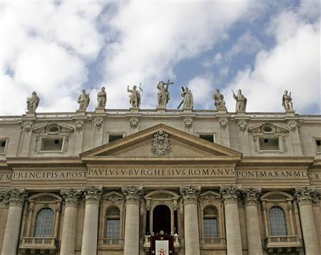 pope-benedict-xvi-blesses-his-faithful-as-he-leads-his-urbi-et-orbi-message-to-the-city-and-the-world-from-the-central-balcony-of-saint-peters-square-at-the-vatican-december-25-20071