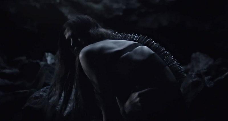 Jenni-Vartiainen-Junat-ja-Naiset-nail-spine-harness-1