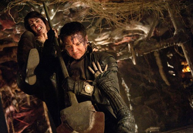 Gemma-Arterton-and-Jeremy-Renner-in-Hansel-and-Gretel-Witch-Hunters-2013-Movie-Image