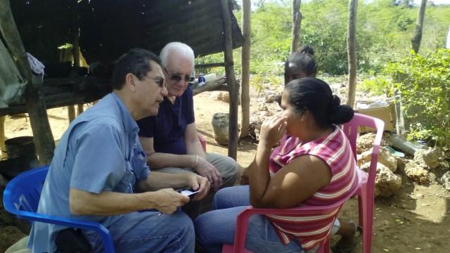 El pastor Heberto Becerra, y Adrian Román evangelizan en Mensía.