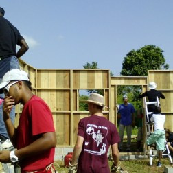 Volunteers work in the construction of the house.